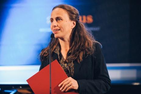 Az este során átadott második irodalmi díj Tompa Andreát illette a Fejtől s lábtól című nagyregényért.
